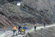 سنگ بزرگ راه روستایی رامسر را از 48 ساعت پیش بسته نگه داشت