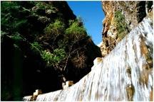 خسارت ریزش کوه به محوطه آبشار یاسوج