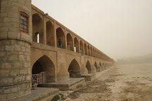گرد وغبار اصفهان را فرا می گیرد