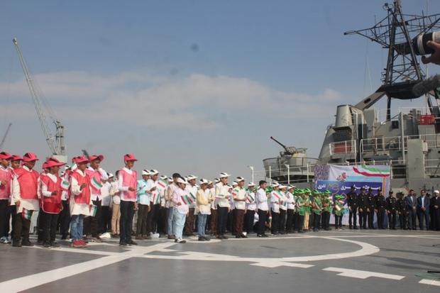 اجرای سرود نوجوانان بر روی عرشه ناو لارک