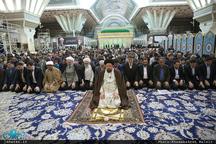 اقامه نماز مغرب و عشا توسط سید حسن خمینی در اولین پنجشنبه سال 1396