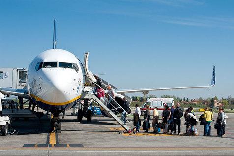 چرا مسافران همیشه از سمت چپ هواپیما سوار میشوند؟