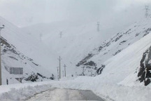 تصادف و برف سنگین کنارگذر شمالی اراک را مسدود کرد