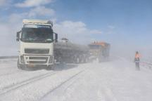 تردد در جاده های کوهستانی زنجان فقط با زنجیر چرخ امکانپذیر است