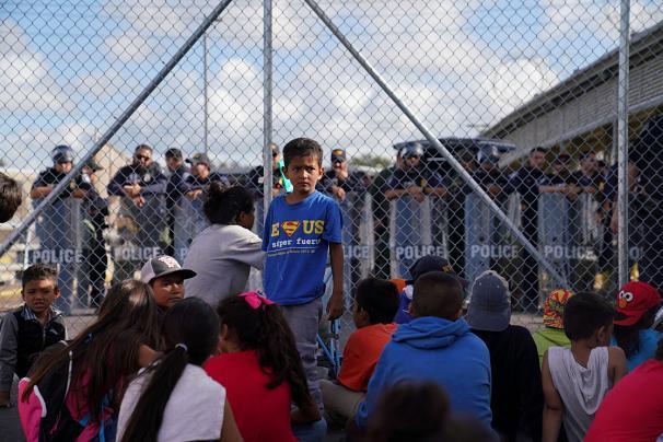پناهجویان خشمگین پل مرزی آمریکا و مکزیک را بستند+عکس