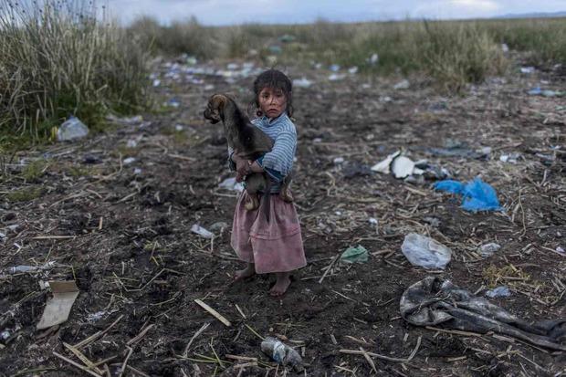 عکس/ کودکی در  دریاچه آلوده
