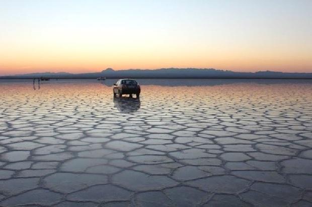 گردشگران با راهنمای حرفه ای به دریاچه نمک سفر کنند