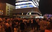 تجمع هواداران ایران مقابل هتل تیم ملی در سارانسک