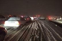 بارش سنگین برف رانندگان را در جاده فیروزکوه زمین گیر کرد