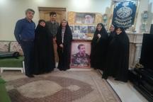 دیدار ابتکار با خانواده شهیدی که با خانواده 4000 شهید دیدار کرده بود