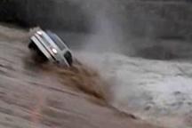 خودروی پراید در محور دهلران- اندیمشک طعمه سیلاب شد  راننده نجات یافت