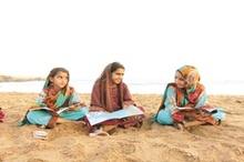 صیادها روی آب کتاب میخوانند  گزارشی از روستایی در سیستانوبلوچستان که کودک و بزرگش کتابخوانند