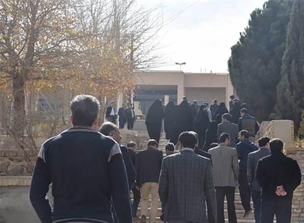 کارکنان دانشگاه آزادمیبد رسیدگی به مشکلات خودرا خواستار شدند