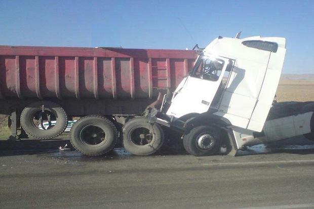 برخورد 2 کامیون در قزوین یک کشته برجا گذاشت