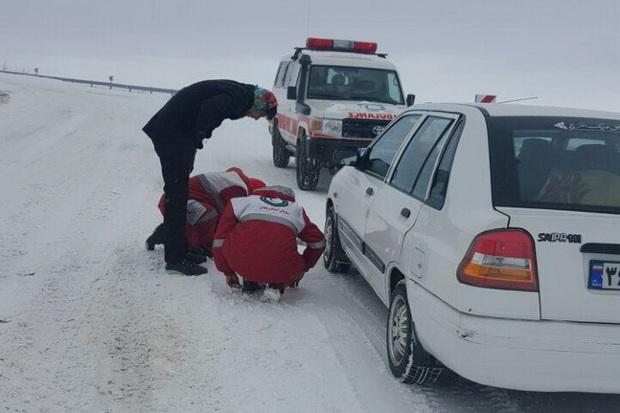 امدادرسانان تربت حیدریه به کمک گرفتاران در برف شتافتند