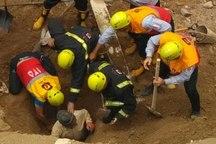 نجات کارگر مقنی مدفون در زیر آوار در تبریز