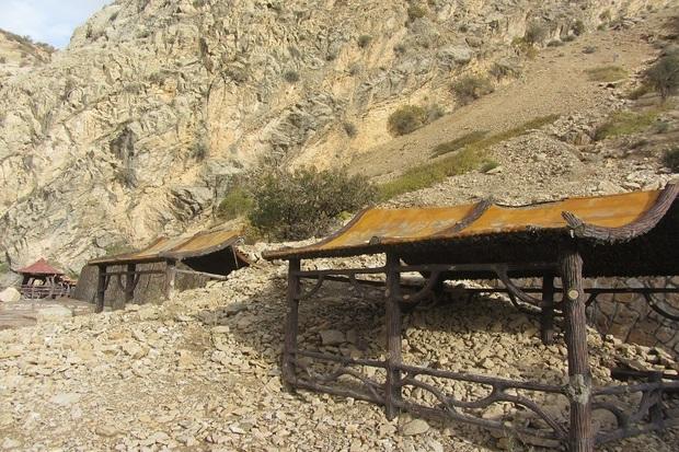 کوه اطراف آبشار یاسوج ریزش کرد
