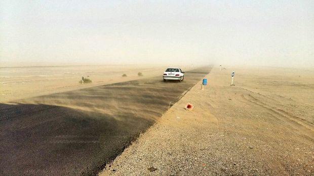 طوفان شن با سرعت 60 کیلومتر، محور خُور به طبس را درنوردید