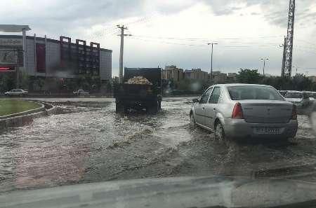 بارش شدید باران موجب آبگرفتگی خیابان ها و معابر قزوین شد