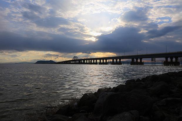 پل میانگذر دریاچه ارومیه به «ساعت زمین» پیوست