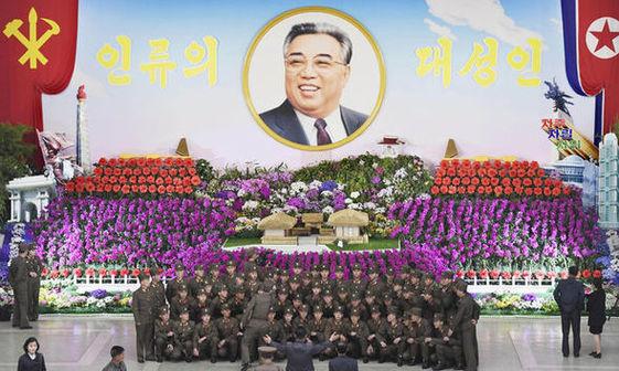 عکس/ رهبر کره شمالی و همسرش در سالروز تولد پدربزرگ