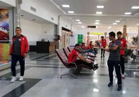 بازیکنان فولاد سردرگم در فرودگاه اصفهان+ تصاویر