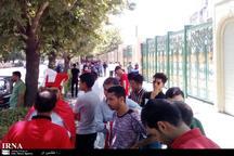 هواداران پرسپولیس پشت درهای ورزشگاه امام رضا(ع) مشهد منتظرند