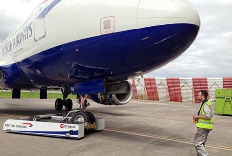 رباتی که هواپیمای ۱۳۰ تنی را حرکت می دهد+ فیلم