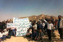 دوستداران محیط زیست در نی ریز به معدن کاوان اعتراض کردند