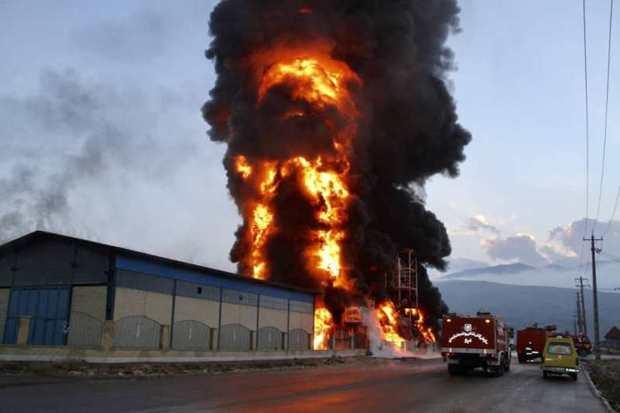 کارخانه مواد شیمیایی درشهرک صنعتی شیراز آتش گرفت