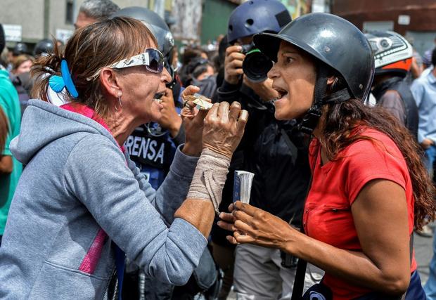 عکس/ درگیری مخالفان و موافقان رئیس جمهور مقابل دادگاه