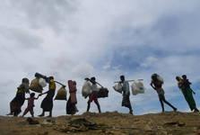 پیاده روی طولانی آوارگان بی پناه+عکس
