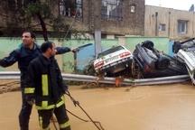 فاجعه سیل در شیراز  برخورد بیش از 200 خودرو با یکدیگر  آمار دقیق کشتهها مشخص نیست  بازار وکیل به زیر آب رفت