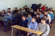 توزیع بیش از یک هزار جلد کتاب کمک آموزشی در بین دانش آموزان مناطق سیل زده خوزستان