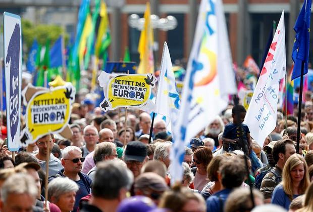 اروپایی ها برای حفظ اتحادیه اروپا و مخالفت با راستگرایان افراطی به پا خاستند+عکس