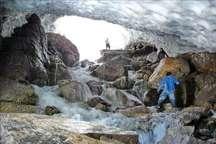 پیکر یکی از گردشگران از تونل برفی ازنا خارج شد