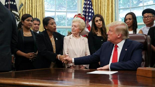جهل و گاف ترامپ در دیدار با برنده جایزه صلح نوبل+عکس