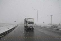 برف، تردد خودروها را در گردنه های خراسان شمالی کند کرد