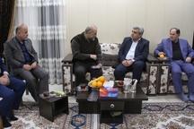 سربند یکی از شهدای گیلانی مدافع حرم به استاندار اهدا شد