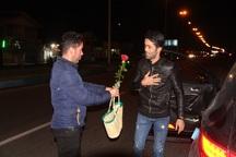 اهدای گل و هدیه به مسافران نوروزی انزلی در دقایق نخستین سال