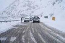 بارش برف و لغزندگی در جاده چالوس /رانندگان احتیاط کنند
