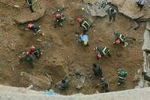 آوار برداری دیواره پارک کوثر سقز ادامه دارد  فوت 2 نفر در این حادثه