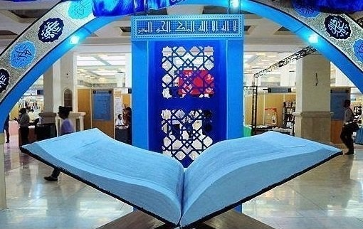 اهدا قرآن دستنویس دانشآموزان خوزستانی به رهبر انقلاب