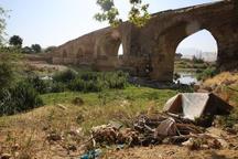 آثار تاریخی بیستون در محاصره زباله و نخاله های ساختمانی
