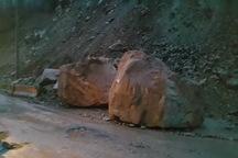 کوه در محور فشم - میگون ریزش کرد