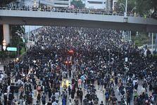 حمله لباس شخصی ها به معترضان در هنگ کنگ+عکس