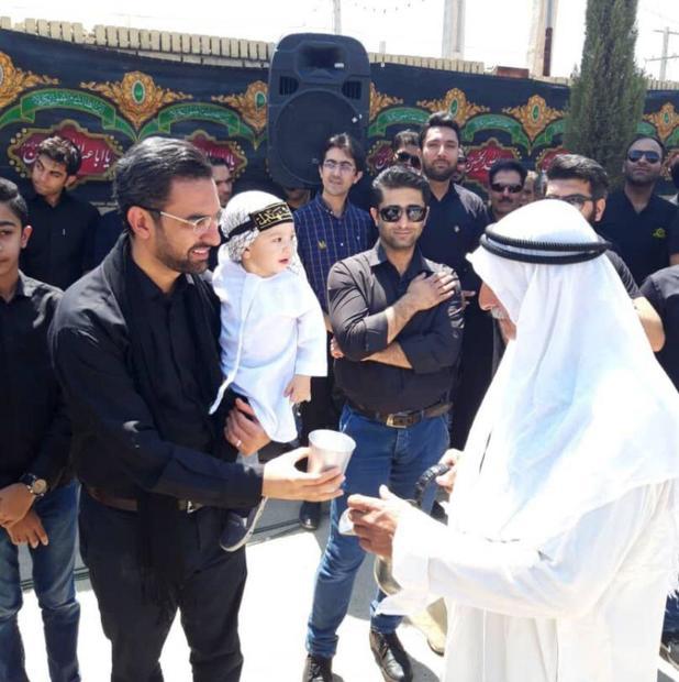 وزیر ارتباطات و فرزند خردسالش در دستههای عزاداری ظهر عاشورا در جهرم