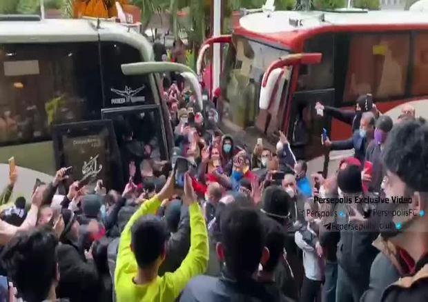 تجمع شدید هواداران مقابل هتل پرسپولیس بدون توجه به کرونا+فیلم   پایگاه خبری  جماران