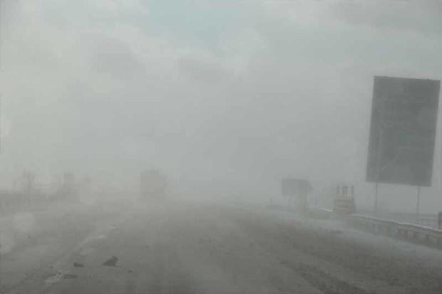 برف و باران سطح آزادراه های زنجان را لغزنده کرده است