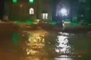 سیلاب ناگهانی مشهد اردهال ۳ خودرو را برد